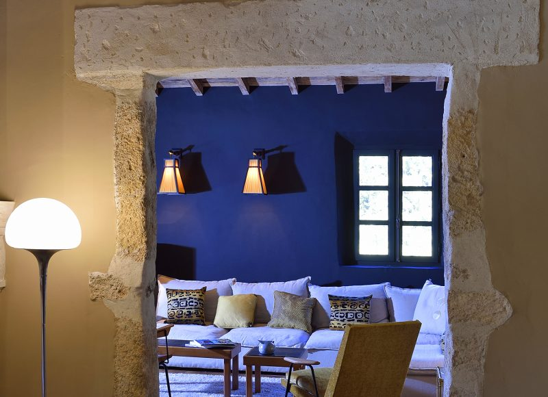 Concept-Hôtel Hameau des Baux : les bâtiments typiquement provençaux ont fait alliance avec l'esprit XXème qui trouve son épanouissement dans l'aménagement et la décoration. www.hameaudesbaux.com