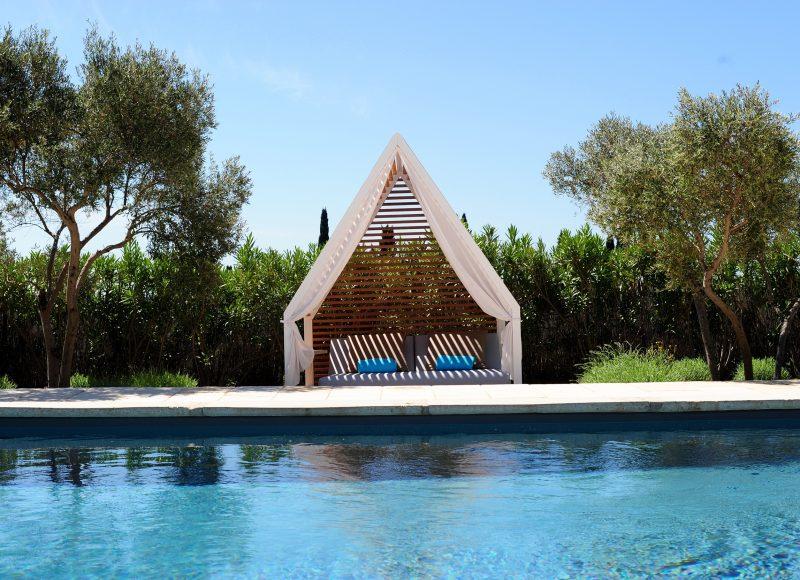 Concept-Hôtel Hameau des Baux : détente et sport autour de la piscine ou en pleine nature grâce à une palette de soins et d'activités